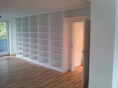 Bücher - Regalwand mit Türdurchgang